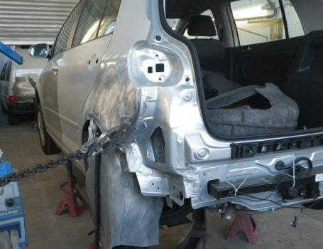 Karrosseriearbeiten – Heck eines Unfallwagens richten